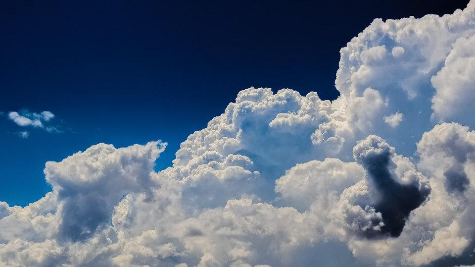 На фото изображены белые облака в небе.