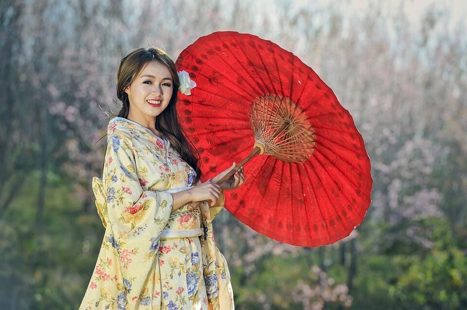 На фото изображена японка с зонтиком и в кимоно.