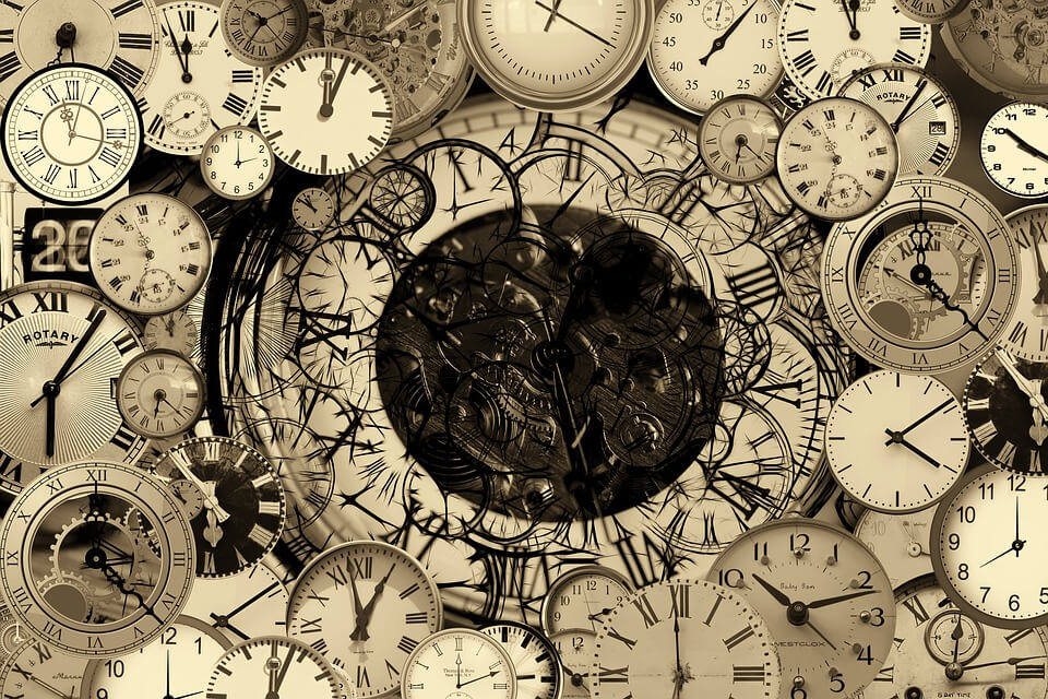На фото изображены часы.