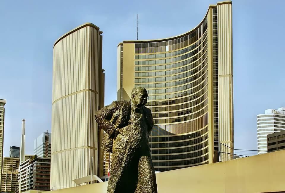На фото изображена статуя Уинстона Черчилля.