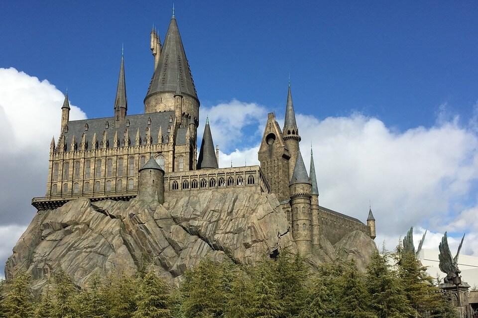 На фото изображен замок Хогвартс.