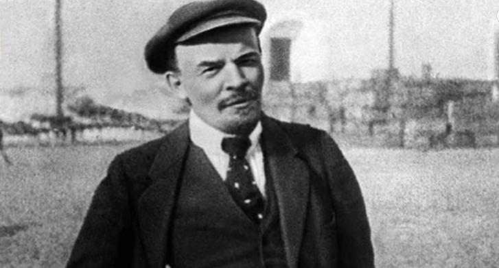 На фото изображен Владимир Ильич Ленин.