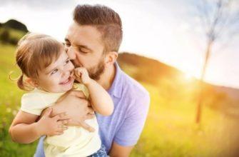 На фото отец и маленькая дочка.