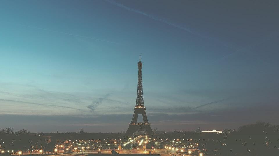 На фото изображен вечерний Париж.