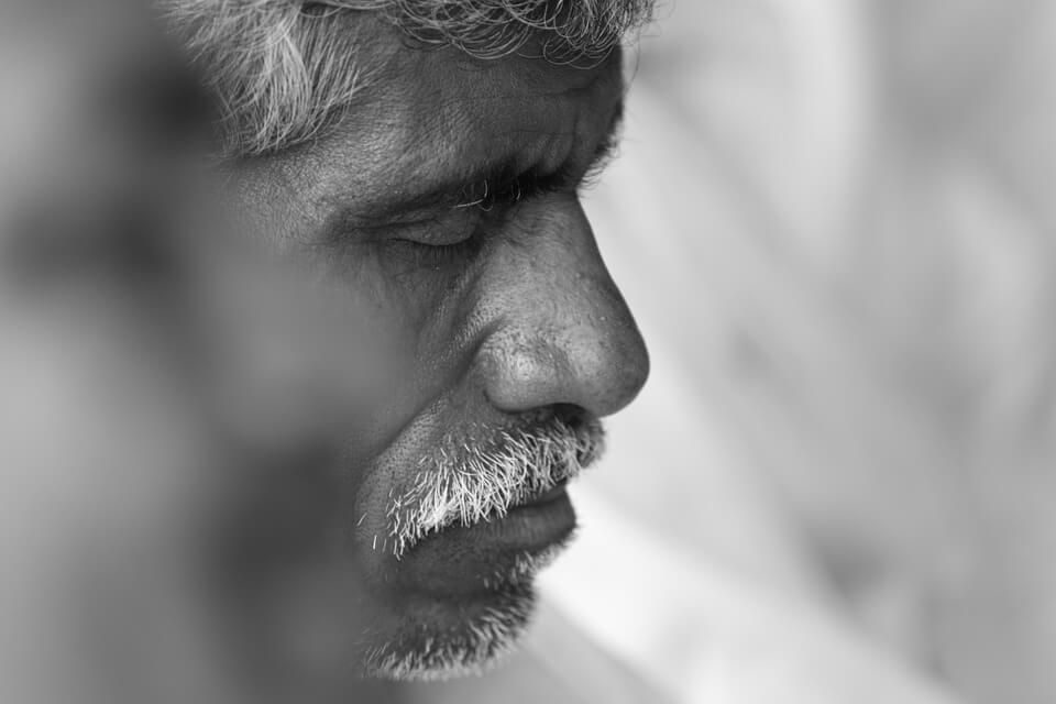На фото изображен пожилой человек.