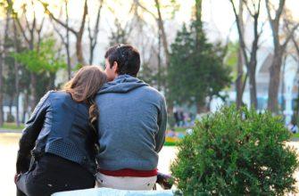 Парень и девушка сидят в парке. Какие есть цитаты про любовь и дружбу.