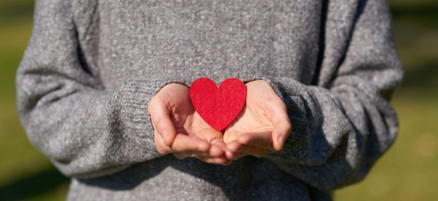 Сердечко в руках. Где айти красивые цитаты про любовь и время.