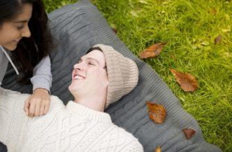 Парень и девушка улыбаются. Как поделиться смешными цитатами о любви.