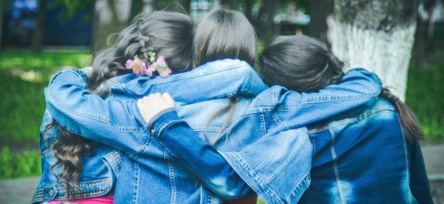 Девочки обнимаются. Где найти цитаты про друзей со смыслом.