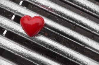 Сердечко на мокрой решетке. Где найти грустные цитаты про любовь на английском языке.