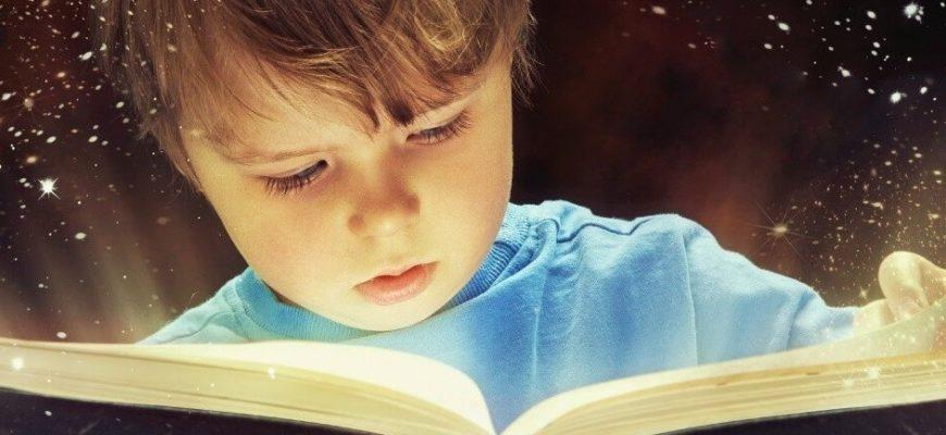 Мальчик держит книгу. Какие есть цитаты из сказок.