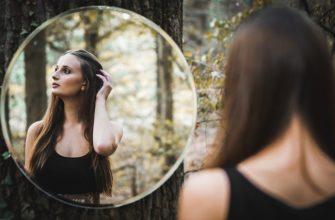 Отражение девушки в зеркале. Какие есть цитаты про зеркало и отражение.