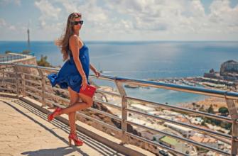 Женщина на побережье. Какие есть цитаты про женские ноги.